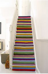 escada com tapete colorido