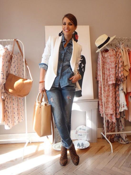 PAULA ECHEVARRIA   Camisa TWIN SET,  jeans de SUITEBLANCO , botines de ZARA ,reloj de Michael Kors , collar de TOUS y pulsera de UNO DE 50.