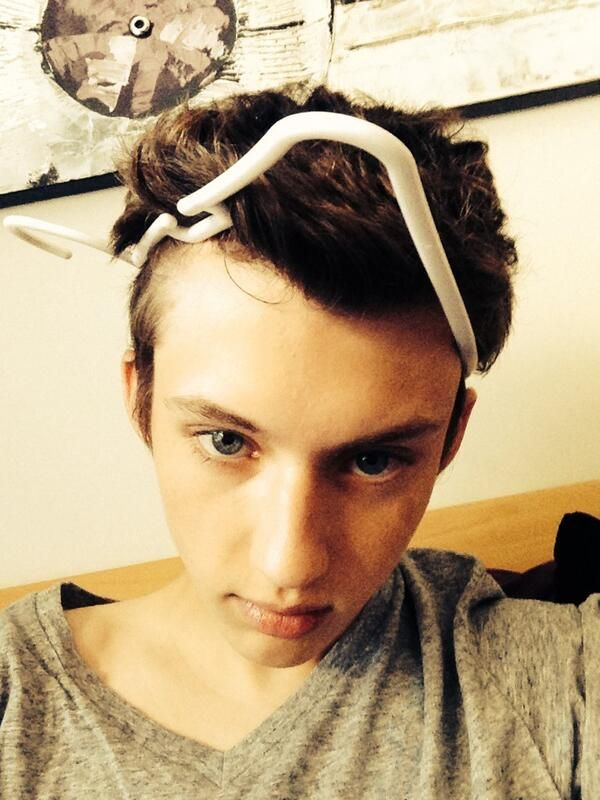 Omg when troye sivan tweeted that he got a hanger stuck around his neck and tried to get it off I litterly died of laughter ♡