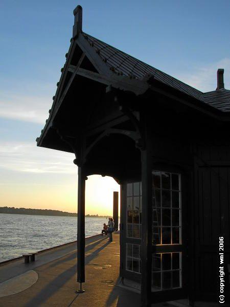 Die schoenste Haltestelle, die ich kenne, ist Hamburgs Station Neumuehlen / Oevelgoenne - dort, wo die HADAG-Hafenfaehren von und nach Finkenwerder anlegen. Hier macht sogar das Warten Spass. Fujifilm FinePix S9500, Tageslicht