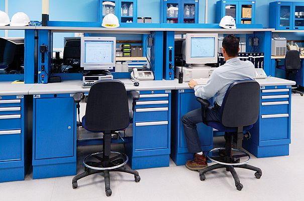 Estaciones de trabajo con gabinetes y repisas