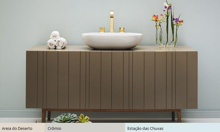 Banheiro: a conexão cromática entre o azul Estação das Chuvas e o cinza delicado Crômio se dá a partir das suas diluições no mesmo grau de branco.