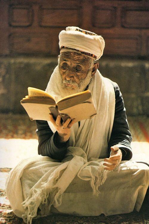 """""""La route de Samarkand"""" de Roland et Sabrina MICHAUD, Ed. du Chêne, 1983.    Janvier 1981, San'a', Yémen du Nord. Musulman yéménite."""