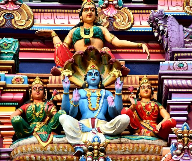 Banyak sekali dewa dan dewi dalam agama Hindu. Berikut adalah beberapa dewa dan dewi yang menjadi lambang dalam ajaran Hindu.
