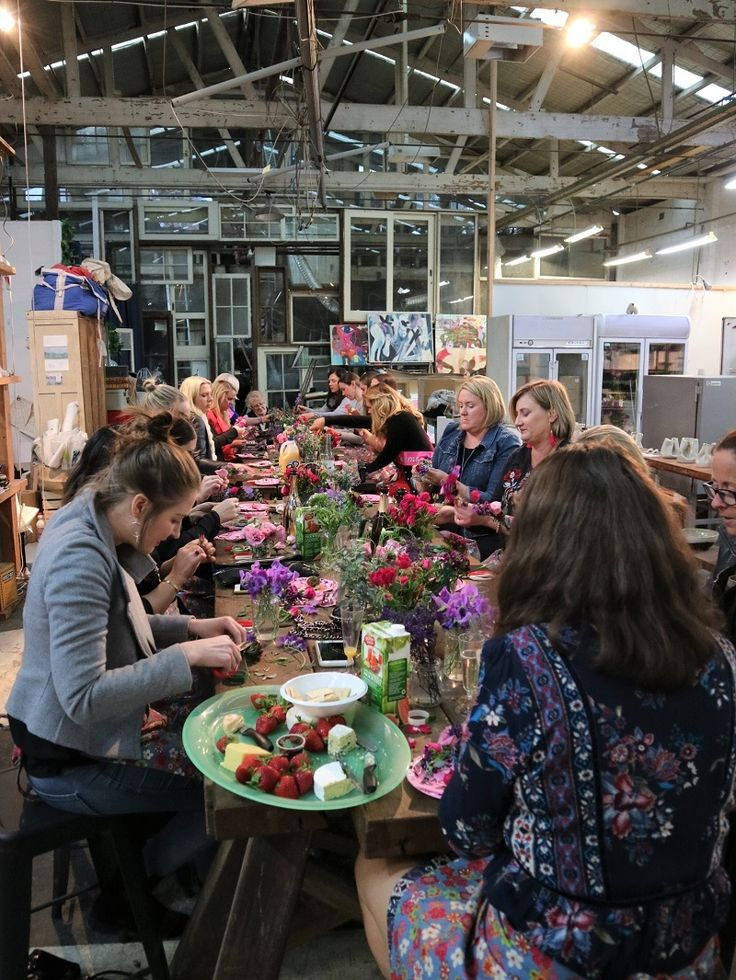 Look Sydney hens! Flower crown hens party workshop is super fun. Take an inspiration for your hen day #sydneyflowercrown #hensparty
