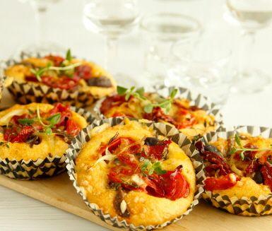 Servera annorlunda, matiga muffins istället för bröd till middagen. För detta recept på franska matmuffins behöver du bland annat ost, sardeller, oliver, timjan, kajennpeppar, vitlök, ägg och gräddfil. Underbart gott!