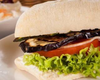 Burger végétarien : http://www.fourchette-et-bikini.fr/recettes/recettes-minceur/burger-vegetarien.html