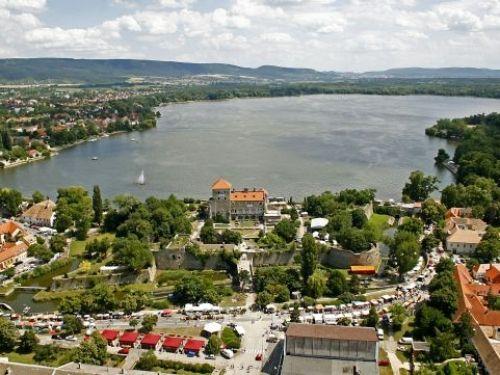Tata a TOP 25 turisztikai városok között  Örömmel jelentjük, hogy Tata bekerült az Utazó magazin TOP 25 turisztikai városok kiadványába.