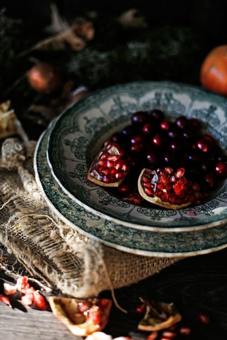 Pratos e Travessas: Bolo de chocolate, nozes e Porto com bagas vermelhas # Chocolate, walnuts and Port cake with red berries | Food, photography and stories