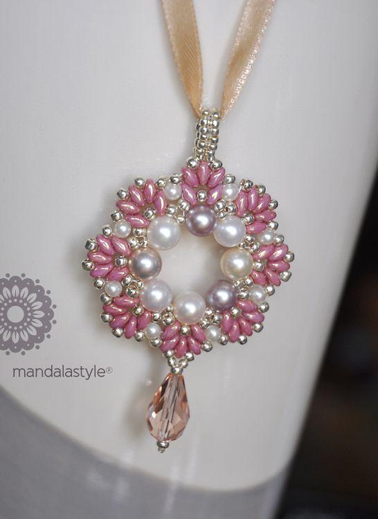… con sottofondo di disastri casalinghi. Perle naturali, rocailles 11/0 e 8/0, goccia in cristallo e Superduo luster metallic pink per questo pendente romantico…