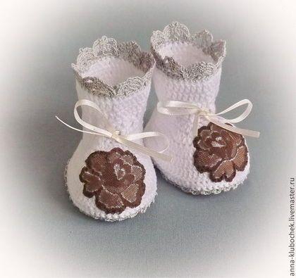 Праздничные кружевные пинетки Кофейная роза и кружево для новорожденного ребенка, связаны из мягкой хлопковой пряжи, украшены вязаным кружевом, гипюром и  лентами. Регулируются завязками-лентами.  На заказ можно сделать вязаные пинетки разного размера, для детей от 0 до 12 месяцев.