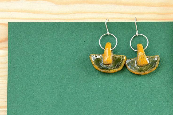 Ceramiczne, ręcznie robione kolczyki - element główny wykonany według mojego projektu. Kółeczka i bigle wykonane ze srebra.