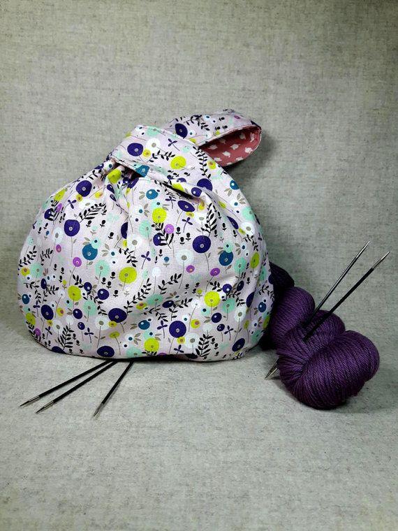 Japanische Knotentasche für das Strickzeug oder Häkelprojekt. Eine Seite rosa mit Blumen. Andere Seite altrosa mit weißen Tulpen. Die Tasche kann