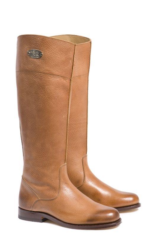 De Viggo zijn stijlvolle beige laarzen. De Viggo laars is door zijn cognac kleur goed te combineren met alle outfits. Deze prachtige beige laarzen zijn voorzien van een 2,5 cm hoge hak. #Bootsandwoods