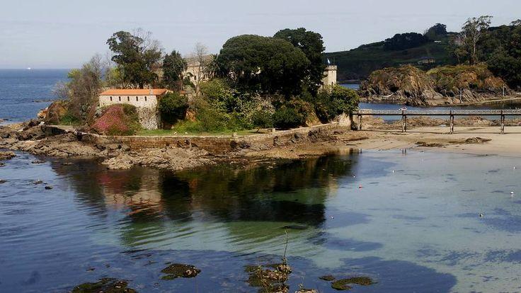 El castillo de Santa Cruz, hoy dedicado a la investigación y divulgación científica, es uno de los símbolos del ayuntamiento de Oleiros, además de un enclave de gran belleza natural, pues está situado en un islote. Además de un enclave estratégico en la defensa de la zona, sirvió como pazo vacacional a la escritora Emilia Pardo Bazán.