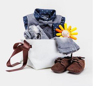 Подарочный набор «Hipster» для новорожденного мальчика  выполнен в стиле «современные стиляги» - галстук – бабочка, жилет, узкие джинсы, специального кроя для новорожденных, кобальтовая рубашечка, замшевые туфельки – пинетки и конечно яркая игрушка.