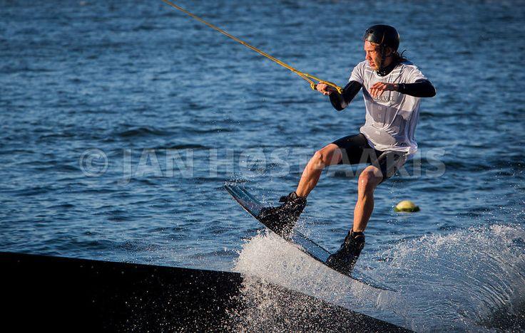 DGi's Landsstævne 2017 i Aalborg. Aalborg Cable Park er en frivillig forening beliggende i Østre Havn. Foreningen viser, hvad wakesboardsport er. Sporten kan betegnes som den bedste kombination af vandski, snowboarding og surfing. En wakeboarder bliver normalt trukket af en motorbåd via en line, men man kan også blive trukket af en kabelbane, hvilket er tilfældet i Aalborg under Landsstævnet. Foto: Jan Høst-Aaris / Sipureco, 1.juli 2017