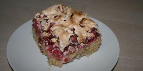 En skøn rabarberkage med marengs, som vor mormor lavede den. Kagen er helt igennem fantastisk på en dejlig sommerdag.