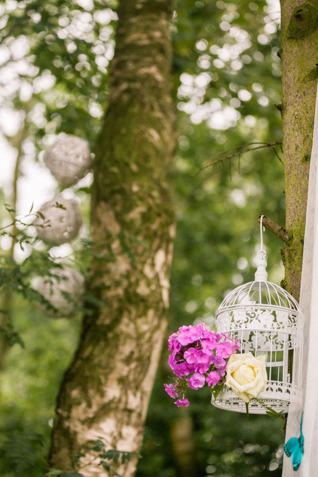 Leuke decoratie voor in de bomen #vogelkooi #bruiloft #trouwen #huwelijk #trouwdag #lente #bos #inspiratie Trouwen in het bos | ThePerfectWedding.nl | Fotografie: Simone Bruidsfotografie