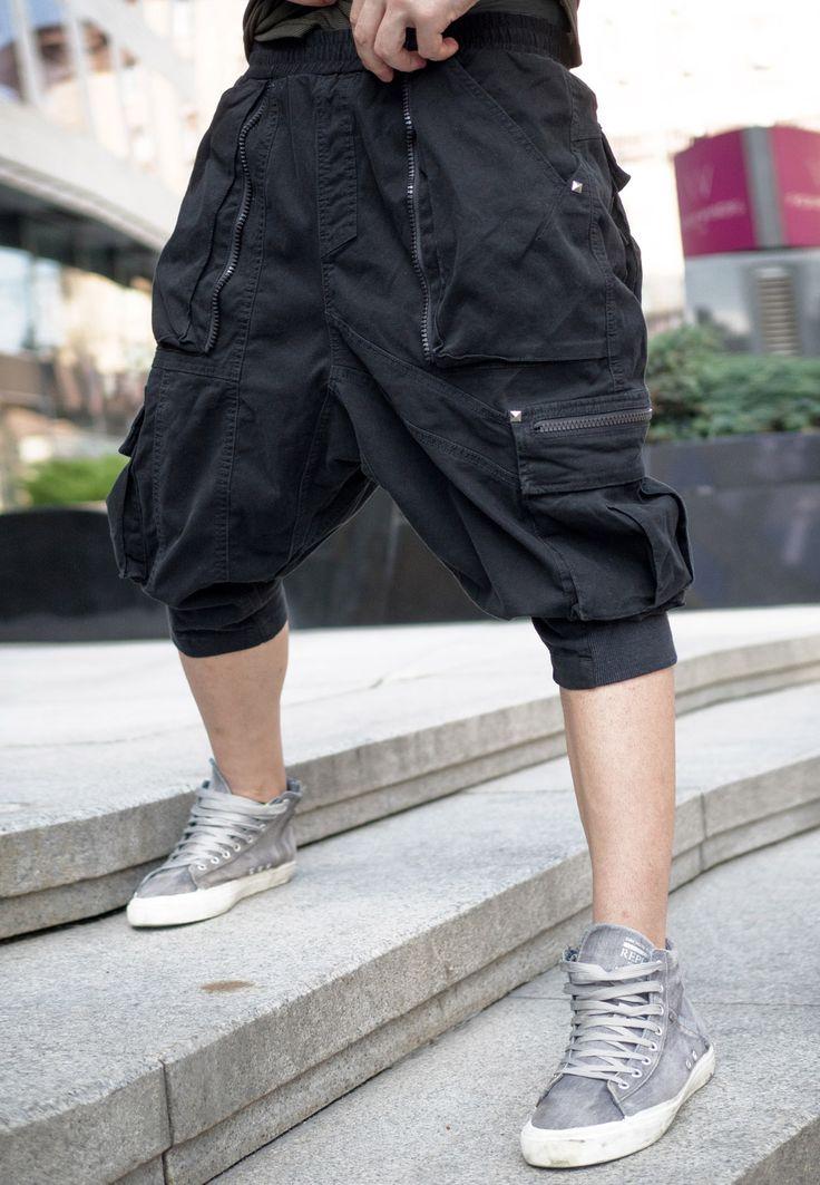 Дизайнерский шорты с заниженной посадкой Мужское Дизайнерский шорты с заниженной посадкой Шорты «Baggy Neo Shorts» с накладными карманами, асимметричными швами и декоративной отделкой тесьмой-молнией. пояс с внутренней резинкой и шнурком для фиксации. специальная обработка «Special Soft Washed finishing», придающая изделию приятные тактильные ощущения и уникальный внешний вид. Посадка - Relaxed Fit Состав ткани: 93% хлопок 7% спандекс