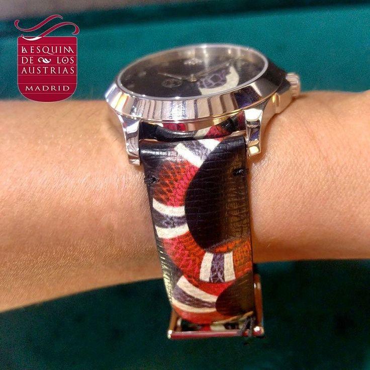 No es precioso? Toda una tentación. Nueva colección de relojes de Gucci: Le Marché Des Merveilles! Esfera de piel gris con estampado de serpiente y correa de piel gris con estampado de serpiente. #gucci #gucciwatch #guccilover #gucciguilty #guccilove #gucciaddict #guccilovers #gucciauthentic #guccistyle #fashion #moda