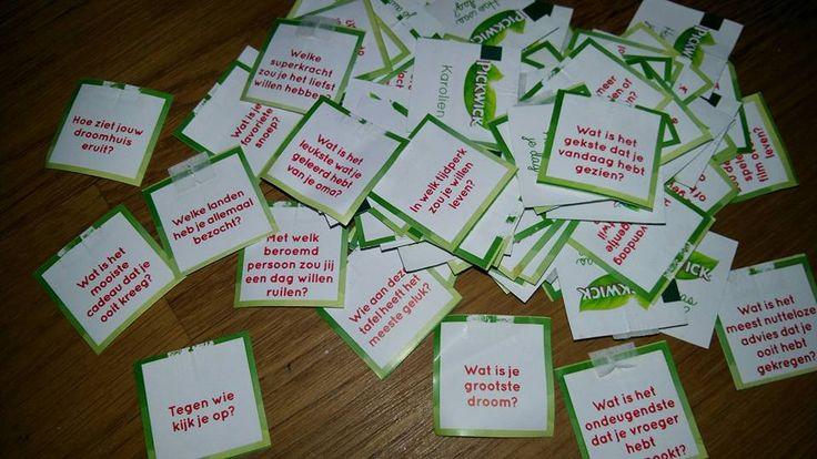 Via Marion Mulder-Zuidinga > Mentor in het VO (een hele leuke Facebook group!) Een leuke werkvorm voor je mentorles of voor een les Nederlands! De leerlingen gaan in groepjes met elkaar in gesprek door de vragen op de theelabeltjes te beantwoorden. Ik heb nu een aantal keer de nadruk gelegd op het antwoorden in volledige zinnen. VO