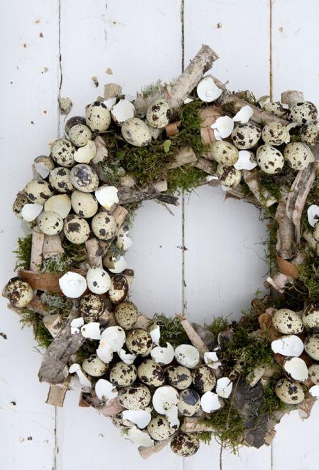 I S A B E L L A S | Lav en fin påskekrans af skovens grønne attributter. Placer den på midten af bordet som den er, eller stil et fint lys med glas om sig i midten.