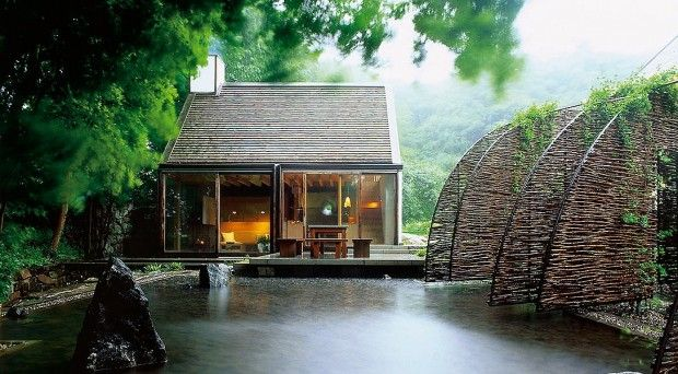 Wingårdhs Architects a transformé une ancienne ferme au sud de la Suède en une maison de vacances pour une famille de la ville voisine de Malmö. Les bâtime