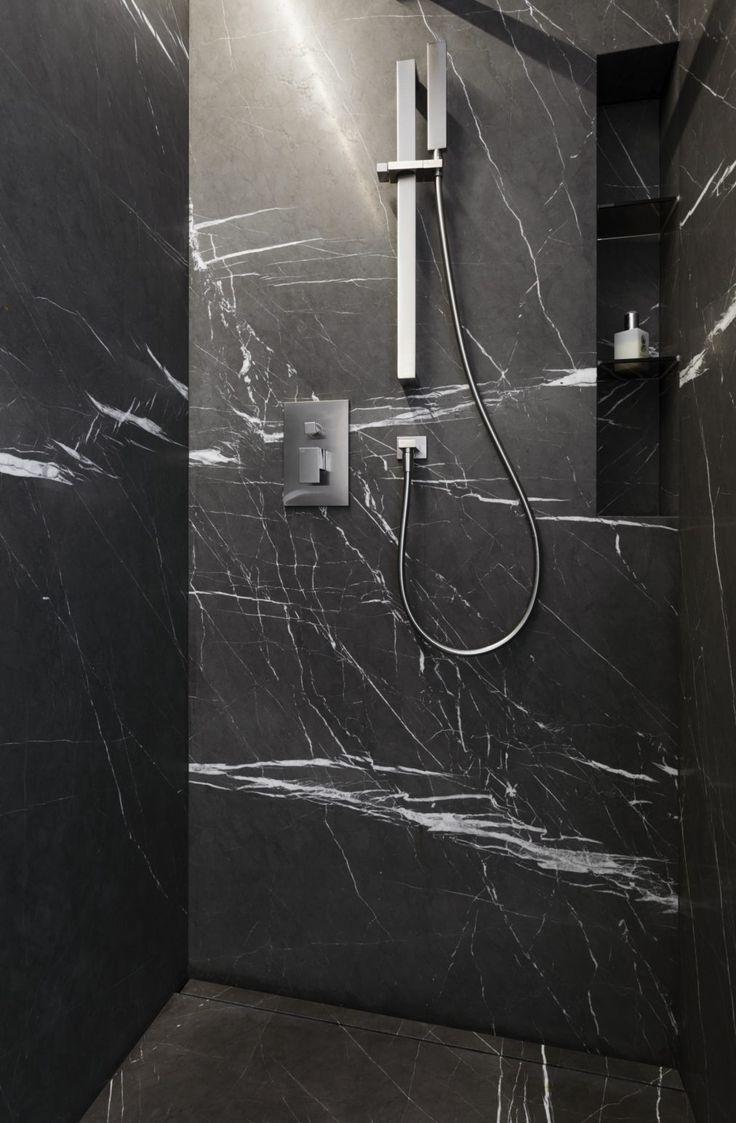 im gste naturstein bad ist die dusche mit grossformatigen wand und bodenplatten ausgefhrt - Dusche Kieselsteinboden