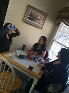 """Una tradición en mi familia es jugar varios juegos durante las vacaciones. Una tradición en mi familia es jugar varios juegos durante las vacaciones """"Heads Up"""". Fue muy divertido y no podíamos parar de reír. Usted coloca el teléfono en la cabeza y los otros jugadores le da consejos a lo que la palabra en el teléfono es."""