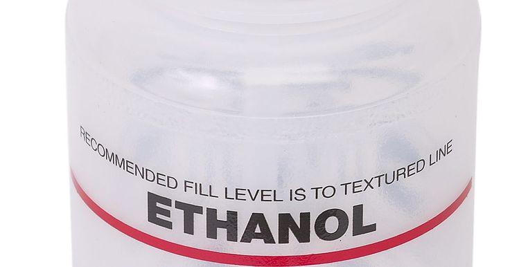 Cómo construir un destilador de etanol casero. El etanol es una forma sostenible de combustible para tu automóvil. Es un tipo de alcohol de maíz, que ha sido utilizado como fuente de combustible durante años, pero ha ido ganando popularidad en las últimas décadas ya que consumidores y empresas han buscado alternativas a la gasolina y el petróleo. Y para las personas especialmente interesadas ...