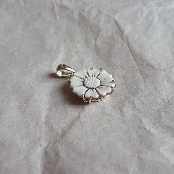 Ehi, ho trovato questa fantastica inserzione di Etsy su https://www.etsy.com/it/listing/385737364/cameo-pendant-handmade-shell-flower