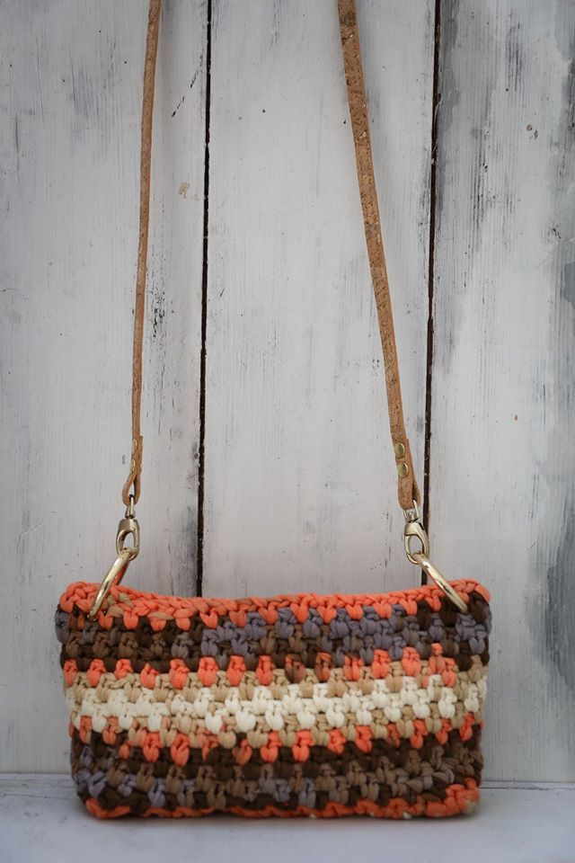 The selected yarn is 100% cotton and the colors inspiration brings the earth pigments on this fancy bag.  The long and elegant strap is made by natural cork with gold details.  It's length is adjustable with gilded metal fastener.  Height: 12cm  Length: 24cm   Price: 110€