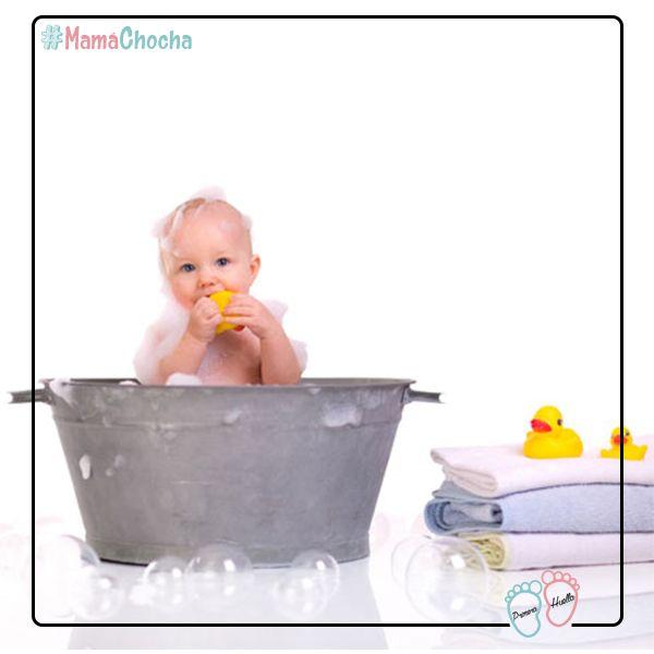 Si no tienes un termómetro para medir la temperatura del baño de tu bebé, lo mejor que puedes hacer es meter el codo, así sabrás si está caliente, fría o perfecta! Además tienes que verte muy chistosa metiendo el codo en el agua