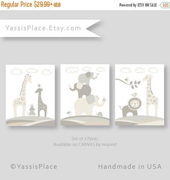 Este sistema de impresión 3 encantadora de animales de safari en de blanco, gris y Beige es el complemento perfecto para el dormitorio de un bebé de género neutro o una sala de juegos. Cuenta con modernos gráficos, elefante, jirafa, León, pájaro, tortuga y mariposas en colores serenas calma. Hará un gran bebé ducha decoración para un niño o bebé niña.  Los tres sistemas que se muestra en las fotos se pueden comprar a través de este listado.  Ahora disponible en un quad con búhos…