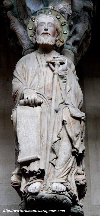 La imagen de Santiago centra el parteluz central del Pórtico de la Gloria. Catedral de Santiago de Compostela.