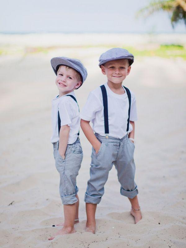 Foto 1 de 3 Niños de boda con camiseta blanca, tirantes y pantalones arremangados en azul para una boda en la | HISPABODAS