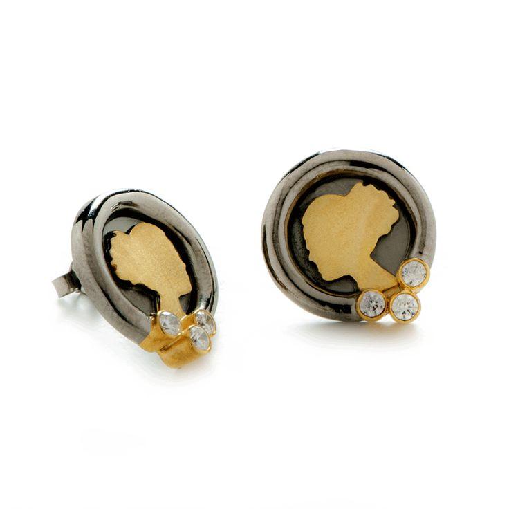 """Τα σκουλαρίκια """"Dark Luxury""""της σειράς Esthisis είναι από τα πιο εντυπωσιακά κοσμήματα της δημιουργού! Εναλλαγές μαύρου και κίτρινου χρυσούσυνθέτουν ένα κόσμημα που δεν περνάει απαρατήρητο! Η προσθήκη τριών λευκών ζιργκόν στη βάση τους τα κάνει ακόμα πιο επιβλητικά. Καρφωτά ή μ"""