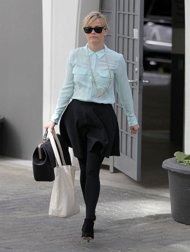 Le look de Reese Witherspoon Chemisier vert d'eau, jupe noire bouffante et boots : Reese Witherspoon reste fidèle à son style preppy dans les rues de Los Angeles