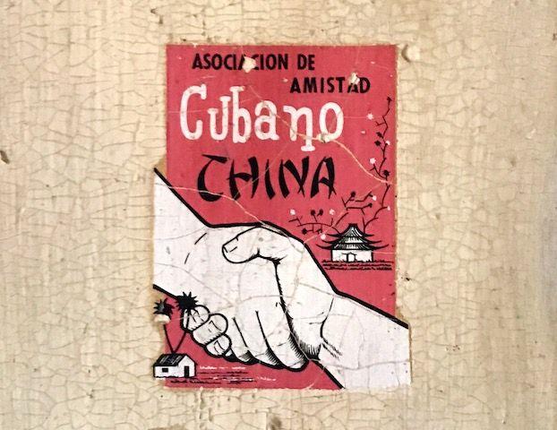 """La Asociación de Amistad Cubano China se llamó, inicialmente, Asociación Cultural China-Cuba, nombre bajo el que fue fundada en 1959. Por años estuvo dirigida por el general retiradoMoisés Sio Wong, hasta que éste falleciera en el 2010. Desde niña, esta calcomanía ha estado en una de las alas de la puerta del """"cuarto de los …"""