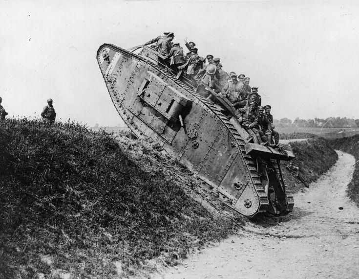 Fotos de la Primera Guerra Mundial: 99 aniversario del verano de su comienzo (IMÁGENES). 1918. Soldados británicos en un tanque.