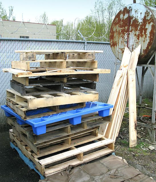 Funky Junk Interiors: All you ever wanted to know about pallet wood - good advice on how to choose your pallets, clean them, prepare them, etc.
