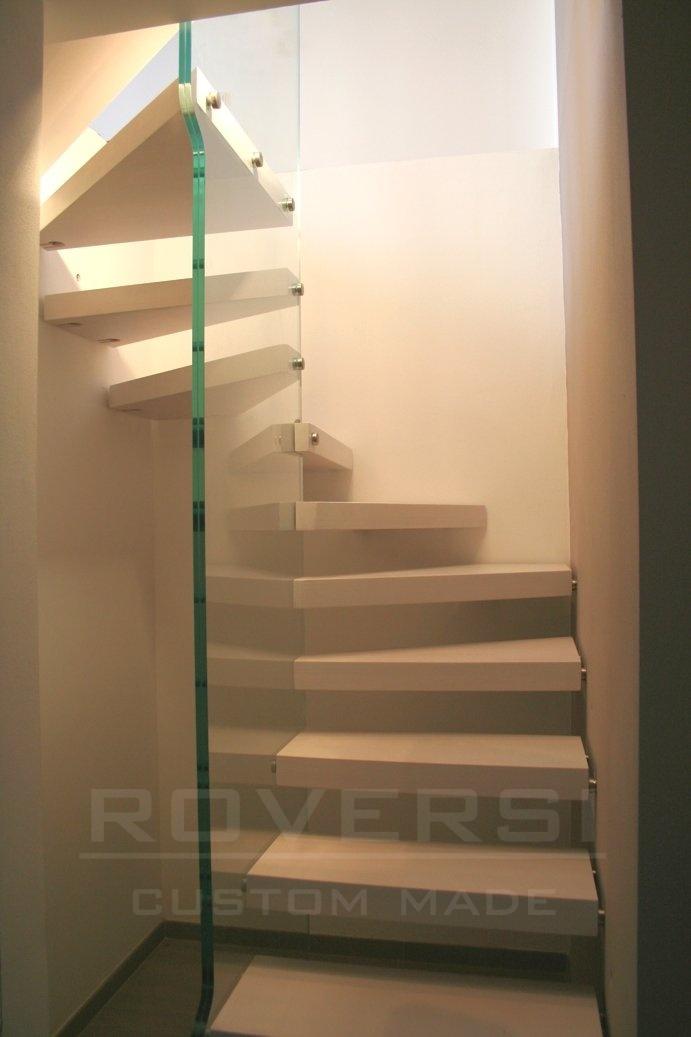 scala a sbalzo con struttura in vetro strutturale
