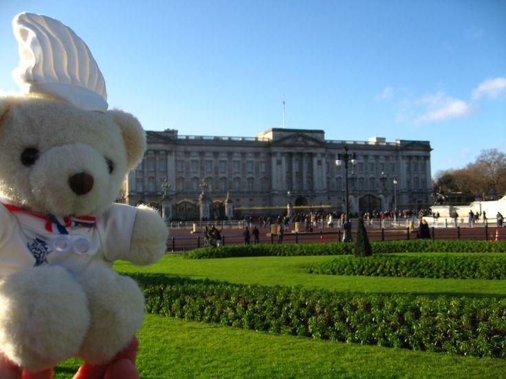 Bechamel Bear just visited the Buckingham Palace in UK.