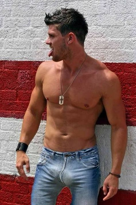 Hot dude shows of his big bulge in jeans