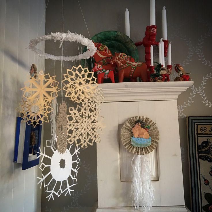 Julpynt av papper. Snöstjärnor av papper från gammal bibel mm.