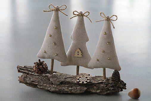 Stromčeky sú ušité z bavlnenej látky béžovej farby, plnené dutým vláknom - naaranžované na kôre stromu so šiškami a drevenou snehovou vločkou...
