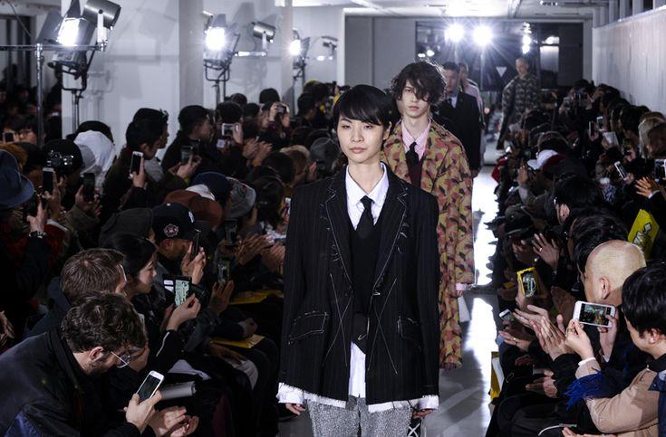 """【「sulvam」2017 A/W TOKYO COLLECTION 精神は、""""パンク""""。スタイルは、サルバム オリジナル】  デザイナーの藤田哲平の精神は、あくまでも""""パンク""""。そんな印象を受けたショーだった。パンクといっても、藤田は、表層的なパンクファッションの追従者ではない。誤解を避けるために、少々注釈が必要かもしれない。筆者が広義に解釈しているパンクの精神は、社会情勢を含めて現状に疑問を呈する、自由を重んじる、常に自分らしくいる、そういったことを服装で表すということだ。それを、藤田は、山本耀司氏から学んだ服の基本を守りつつも、それを崩しつつ、パンクの精神を表現していく。  つづきはこちら☞ http://soen.tokyo/fashion/collection/sulvam2017aw.html"""