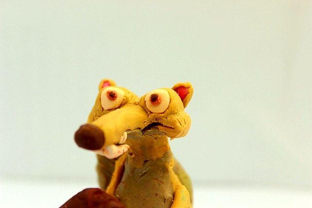 De la película La Era de Hielo, llega Scrat la ardilla prehistórica que persigue su amado objeto un bellota, acompaña a Scrat en sus divertidas aventuras en plastilina.