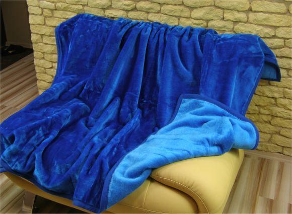 Teplá a hrubá deka z akrylu modrej farby